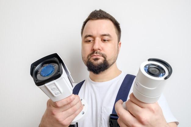 Técnico que escolhe a câmera de segurança do cctv Foto Premium