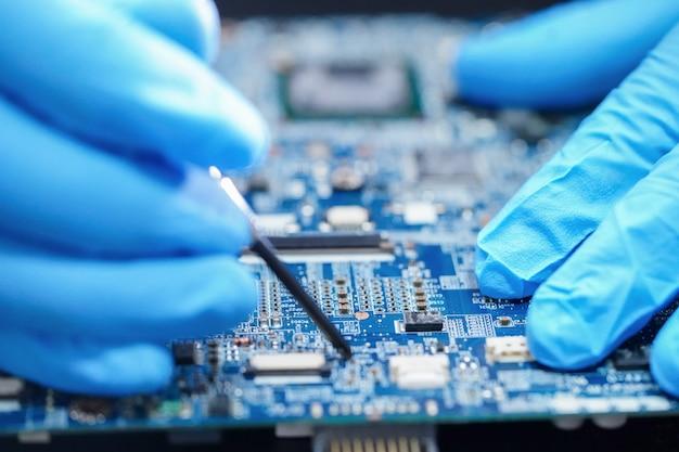 Técnico que repara a tecnologia eletrônica do computador da placa principal do micro circuito: hardware, telefone móvel, atualização, conceito de limpeza Foto Premium