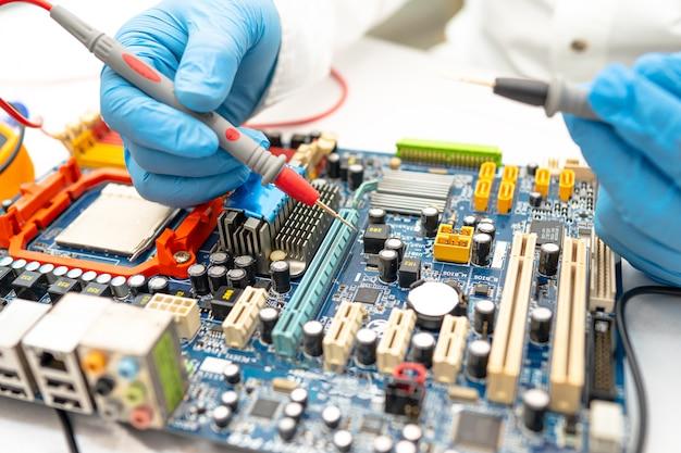 Técnico que repara o computador da placa principal do micro circuito. Foto Premium