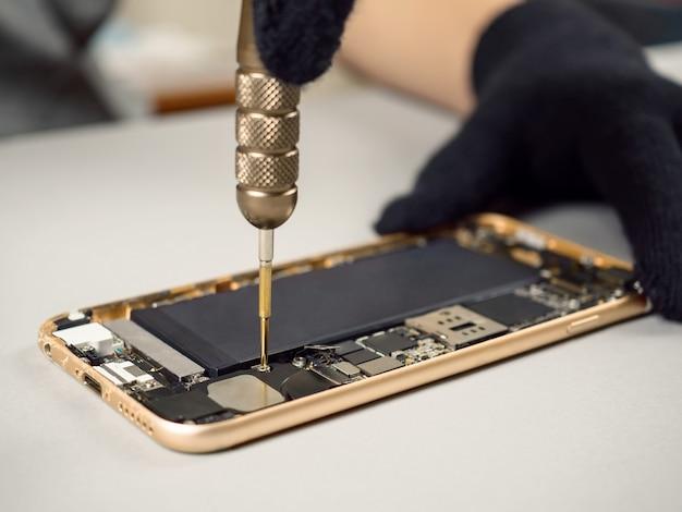 Técnico, reparar, quebrada, smartphone, escrivaninha Foto Premium