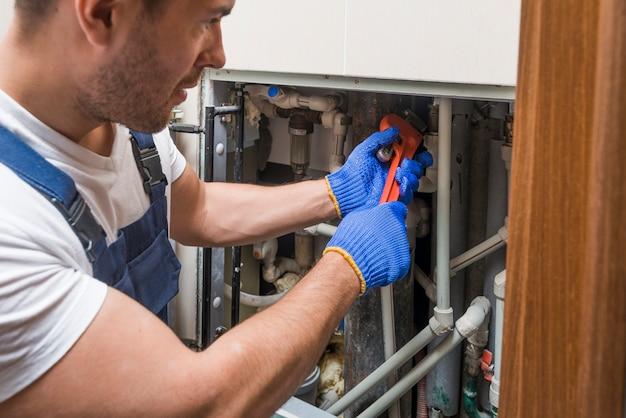 Técnico sanitário que trabalha com tubos Foto Premium