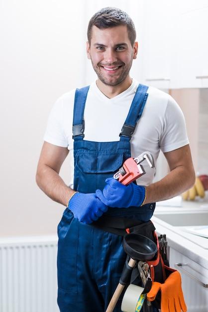 Técnico sanitário sorridente com equipamento Foto Premium