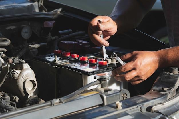 Técnico verificando o motor do carro. mecânico de automóveis, verificando o motor do carro. manutenção de verificação de carro. Foto Premium