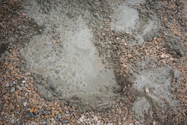 Técnicos de construção estão misturando cimento, pedra, areia para construção. Foto gratuita