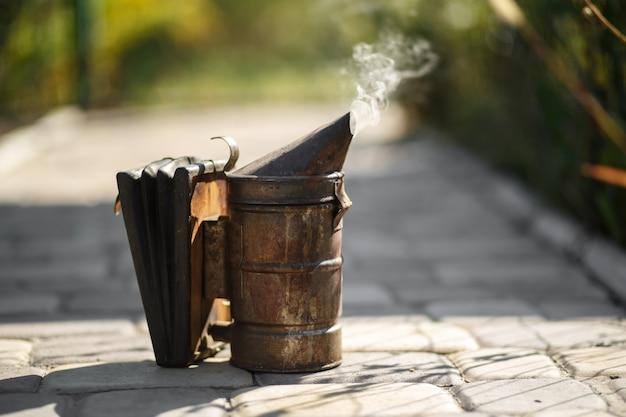 Tecnologia de fumigação de abelhas. fumaça intoxicante para produção segura de mel. Foto Premium