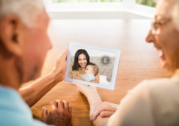 Tecnologia de idosos do sexo masculino cópia espaço gráfico Foto gratuita