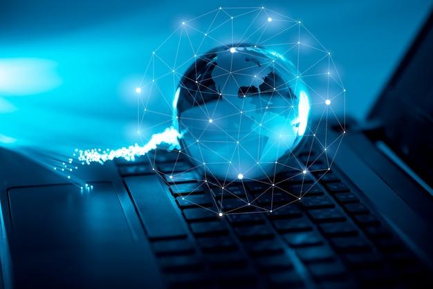 Tecnologia global e ícone de rede no teclado do computador Foto Premium
