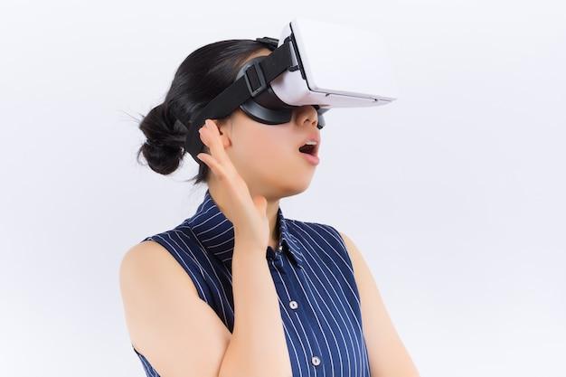 Tecnologia, realidade virtual, entretenimento e conceito dos povos - jovem mulher feliz com auriculares da realidade virtual ou vidros 3d e fones de ouvido Foto Premium