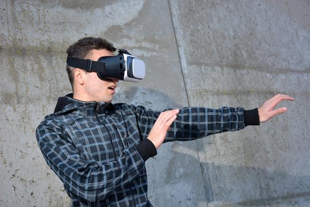 Teen brincando com óculos de realidade virtual Foto Premium