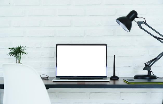 Tela branca do laptop na área de trabalho Foto Premium