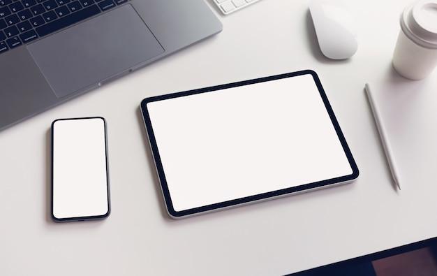 Tela da tabuleta e do smartphone vazia no modelo da tabela para promover seus produtos. Foto Premium