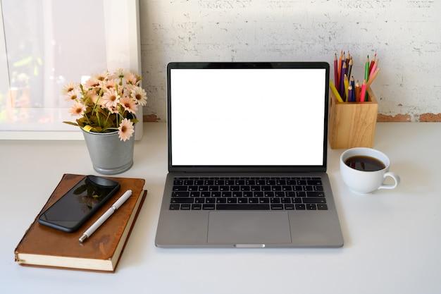 Tela de laptop branco com espaço de trabalho e cópia designer. Foto Premium
