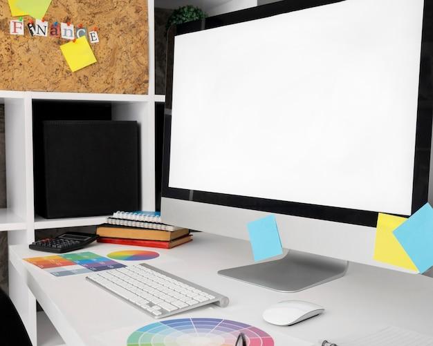 Tela do computador na superfície da mesa do escritório com teclado Foto Premium