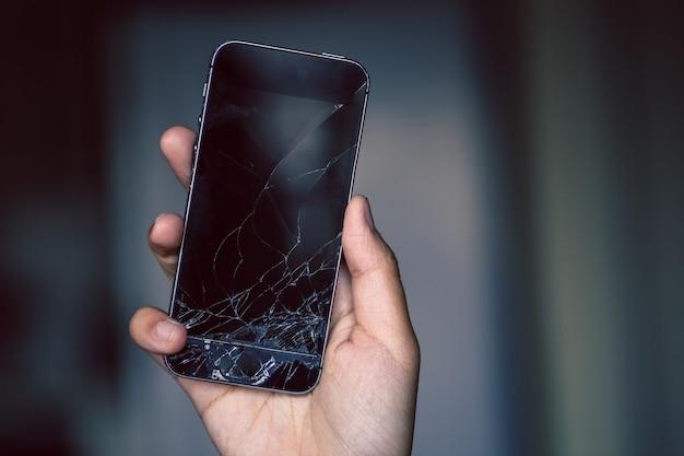 Tela do telefone quebrado na mão Foto Premium
