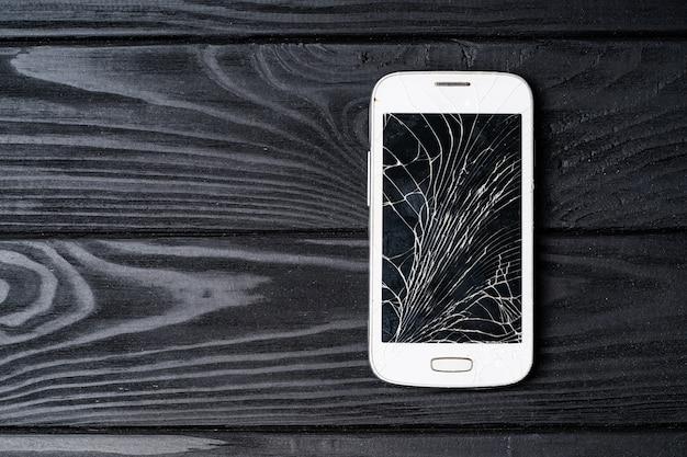 Tela do telefone quebrado. smartphone com tela quebrada Foto Premium