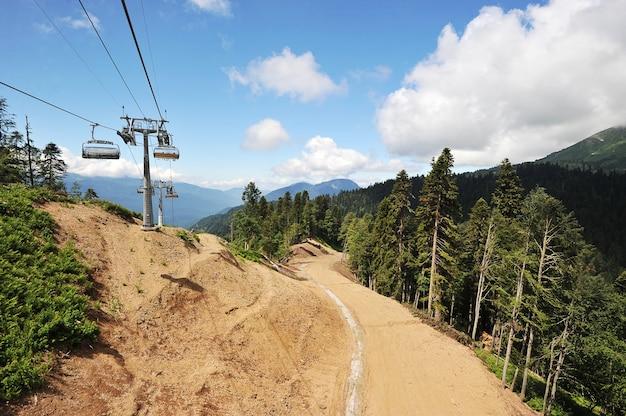 Teleférico e montanhas do cáucaso Foto Premium