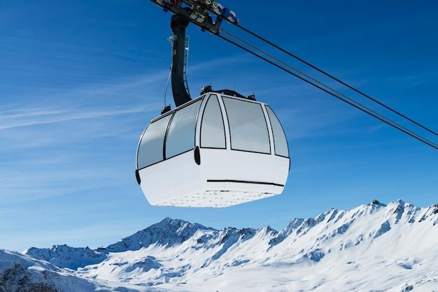 Teleférico em uma paisagem de neve Foto Premium