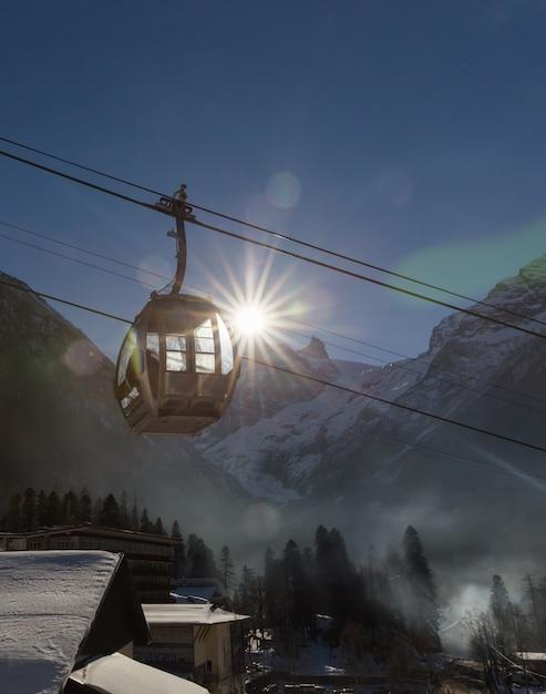 Teleférico na estação de esqui Foto Premium