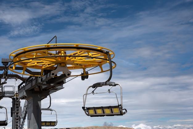 Teleférico no verão com céu nublado, close-up Foto Premium