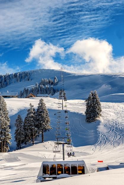 Teleféricos de esqui semnoz montanhas, frança Foto Premium