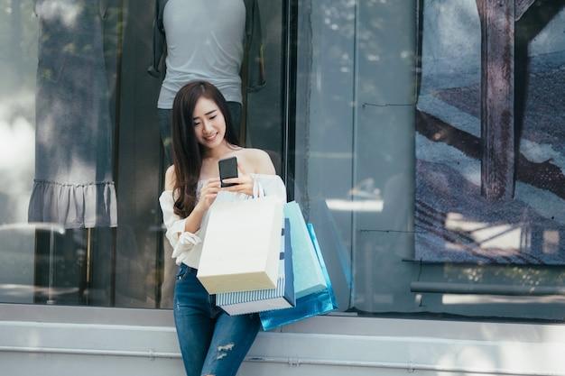 Telefone celular compras e encontrar promoção. Foto Premium