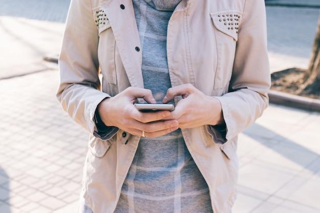 Telefone celular em mãos femininas Foto Premium