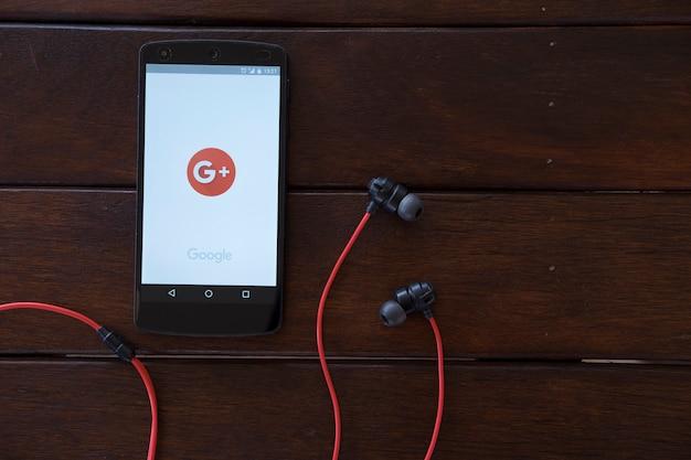 Telefone celular na mesa de madeira. Foto Premium
