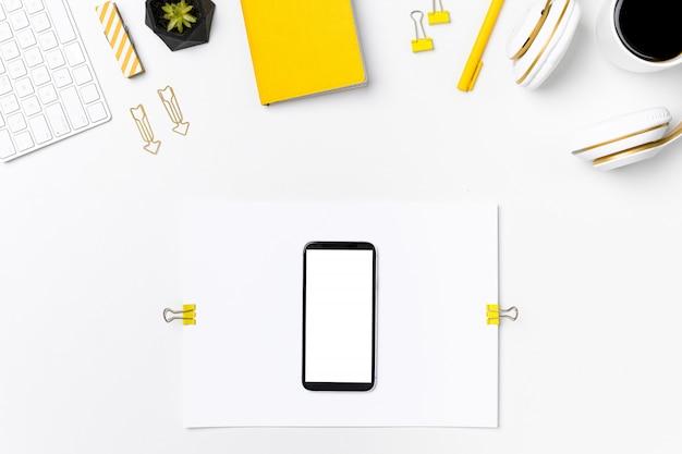 Telefone celular na vista superior da maquete do designer no local de trabalho Foto Premium