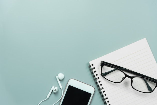 Telefone celular, notebook, óculos e fones de ouvido Foto Premium