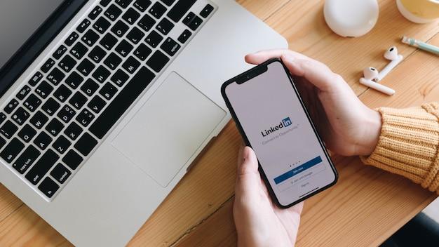 Telefone com pedido de emprego na tela. o linkedin é um serviço de rede social voltado para negócios. Foto Premium