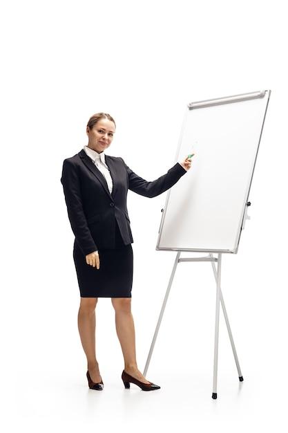 Telefone de rolagem. mulher jovem, contadora, analista de finanças ou booker em traje de escritório isolado no estúdio branco Foto gratuita