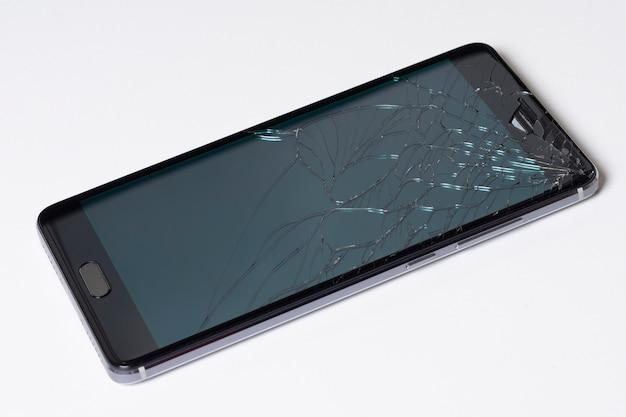 Telefone esperto móvel moderno da tela de toque com a tela quebrada no fundo branco Foto Premium