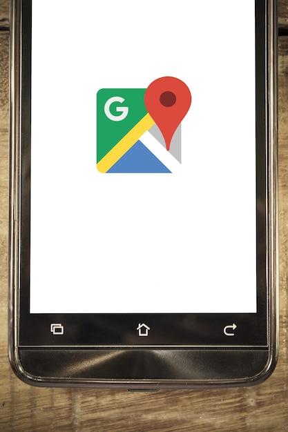 Telefone inteligente exibir o google maps app fundo Foto Premium