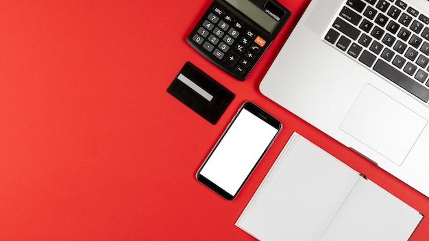 Telefone mock up e mesa coisas com espaço de cópia Foto gratuita