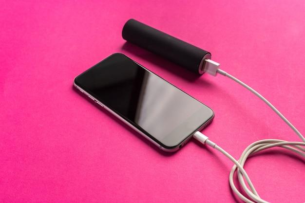 Telefone móvel conectar ao banco de energia da bateria Foto Premium