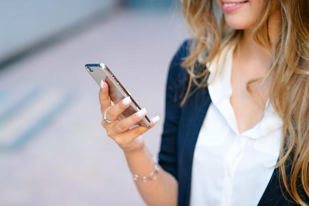 Telefone nas mãos de uma menina Foto Premium