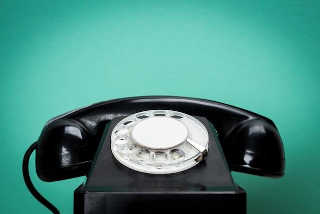Telefone retro na mesa de madeira para o fundo de estilo antigo Foto Premium