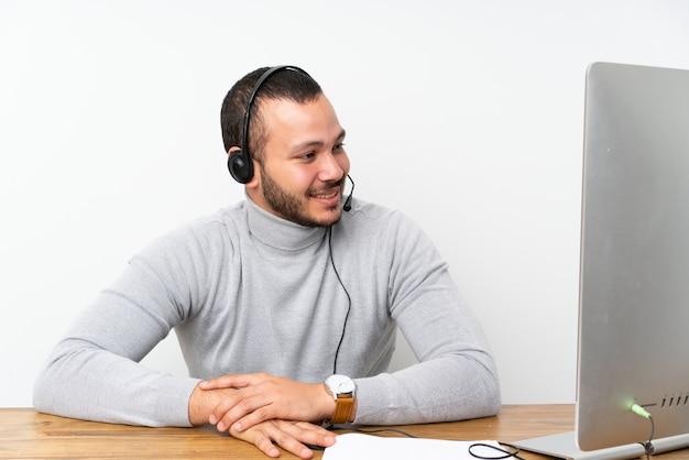 Telemarketer colombiano homem trabalhando em um escritório Foto Premium
