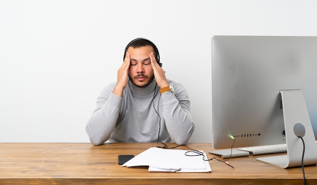 Telemarketer homem colombiano com dor de cabeça Foto Premium