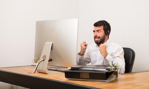 Telemarketer homem em um escritório frustrado por uma situação ruim Foto Premium