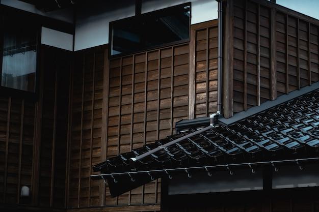 Telha de madeira da parede e tijolo da casa de estilo antigo tradicional japonesa Foto Premium