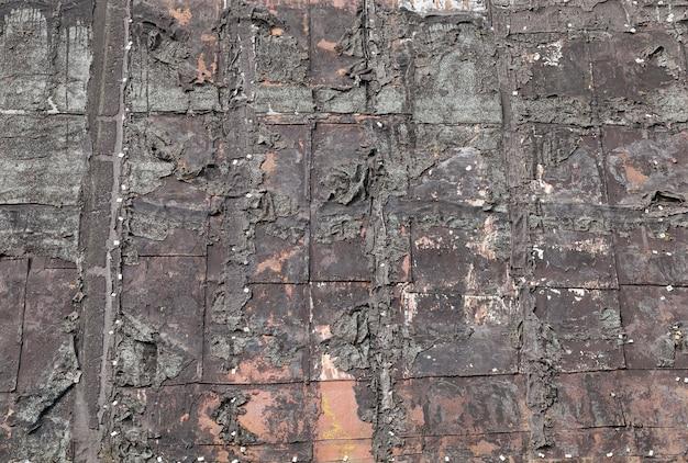 Telhado antigo coberto de resina, que começou a se quebrar e descascar Foto Premium