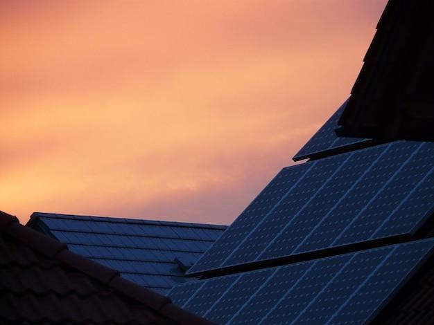 Telhado células solares domésticos arrebol do sol tecnologia Foto gratuita