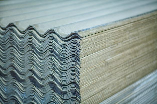 Telhado de amianto. chapas de cobertura de cimento amianto Foto Premium