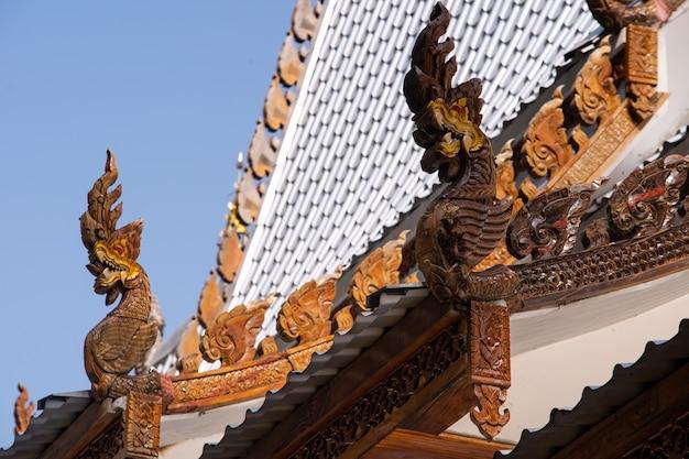 Telhado de cabeça de serpente tailândia Foto Premium