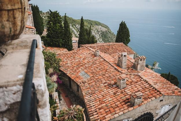 Telhado de um antigo edifício medieval em uma vila perto de nice, frança Foto Premium
