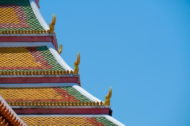 Telhado do antigo templo tailandês e céu azul Foto Premium