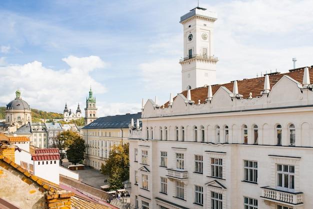 Telhados da velha lviv em um dia ensolarado Foto Premium