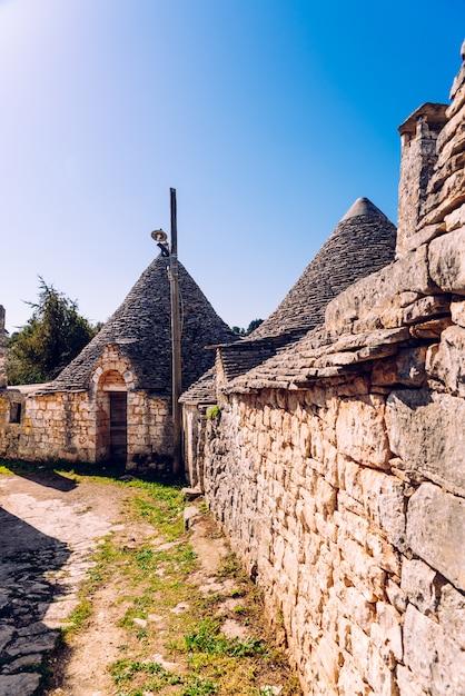 Telhas de pedra cobrem os telhados dos trulli em alberobello Foto Premium