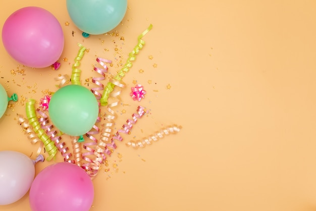 Tema feliz aniversário em um fundo brilhante tom dividido Foto Premium